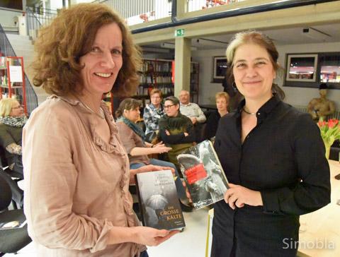 """Sabine Hofmann (links) und Rosa Ribas lasen in der Sindlinger Stadtteilbücherei aus ihrem Roman """"Die große Kälte"""". Foto: Michael Sittig"""