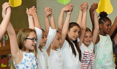 Schüler aller Klassenstufen gestalteten die Feier mit viel Gesang und kleinen Vorführungen.