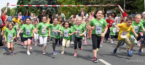 Auf die Plätze, fertig, Start! 40 junge Sportler beteiligten sich am Kinderstadtlauf des Turnvereins. Fotos: Michael Sittig