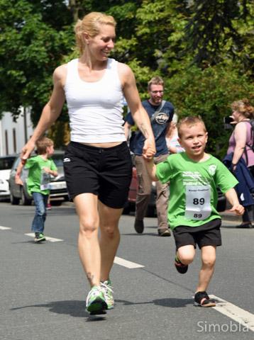 Maximilian lief an der Hand seiner Mutter Sabrina Schwab mit.