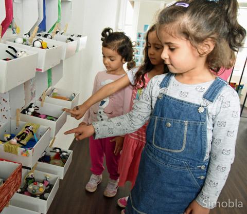 """""""Die habe ich gemacht!"""" Die Kindergartenkinder sind zu Recht stolz auf ihre Beiträge zum Thema """"Meine Familie"""". Fotos: Michael Sittig"""