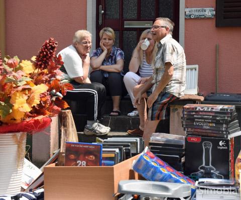 Kaffeepause auf den Treppenstufen: Beim Vorgartenflohmarkt spielte sich das Leben im Freien ab. Foto: Michael Sittig
