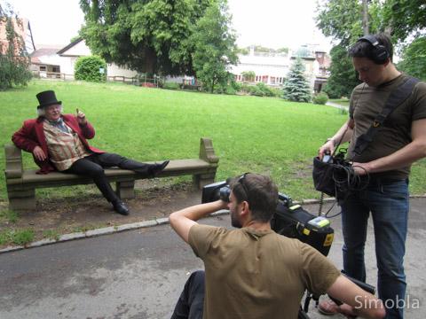 Wie dereinst der junge Goethe: Mario Gesiarz führt die Besucher des Stadtteil-Videos durch Sindlingen, unter anderem durch den Meister-Park. Foto: pia