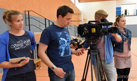 Bei der Arbeit: Die Autorinnen des Stadtteilporträts Jana Kremin und Jasmin Raykowski, Kameramann Norman Kriese undTonassistent Jörn Weymar. Foto: Michael Sittig