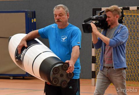 """""""Mister Handball"""" Volker Walter stand im Mittelpunkt des Drehs in der TVS-Halle, an deren Errichtung er wie viele andere beteiligt war. Foto: Michael Sittig"""