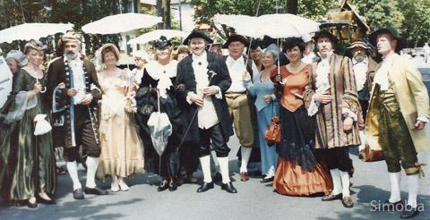 Die goldene Hochzeit der Allesinas, beider der junge Goethe zu Gast war, stellten Sindlinger bei der 1200 Jahrfeier 1991 nach. Überhaupt wurde das Jubiläum der urkundlichen Ersterwähnung damals groß gefeiert. 25 Jahre später backen die Vereine kleinere Brötchen. Nach einem Eröffnungsabend am 19. August konzentriert sich das Feiern auf das verlängerte und musikalisch aufgewertete Ranzenbrunnenfest. Später folgen eine geschichtliche Führung und Konzerte. Einzelheiten zum Programm, Erinnerungen an 1991, Rückblicke und Neues zur Geschichte lesen Sie in dieser Extra-dicken Ausgabe des Sindlinger Monatsblatts.  hn/Archivfoto: Geschichtsverein