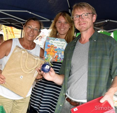 Barbara Frank (links) organisierte die Tombola für die Garten-AG der Meisterschule.