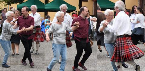 Gar nicht so schwer: Der Scottish Country Dance Club holte Zuschauer zum Mittanzen.