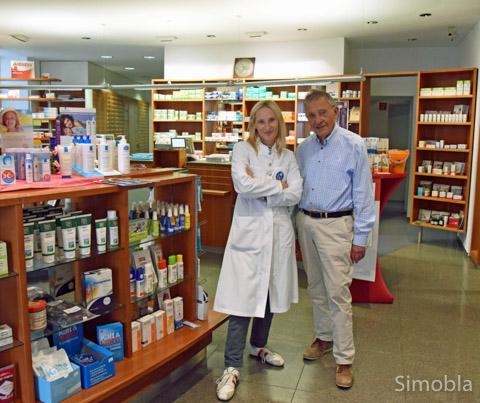 Miriam Oster führt seit drei Jahren die Alexander-Apotheke, die ihr Vater Dr. Alexander Krauß 1966 in Sindlingen eröffnete und bis 2013 betrieb. Noch heute hilft er im Hintergrund mit. Foto: Michael Sittig