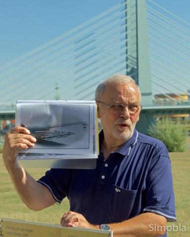 Am heutigen Mainufer mit der dominanten Farbwerksbrücke zeigte Dieter Frank ein Foto vom alten Ufer mit seinem Hafen.