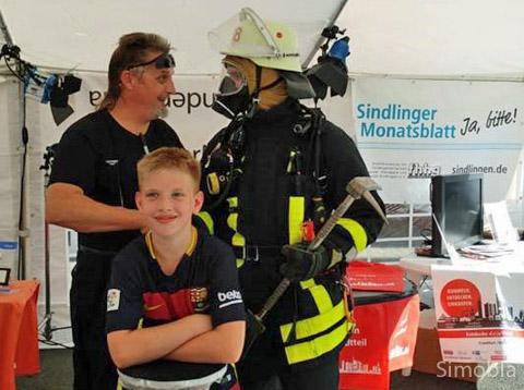 Zauberer Glenn Gareau und ein Feuerwehrmann in voller Montur unterhielten die Besucher