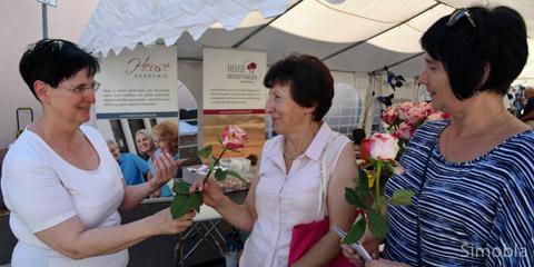 Prächtige Rosen verschenkte Leonie Heister (links) von Heuse Bestattungen. Bozsna und Maria freuten sich darüber. Foto: Michael Sittig