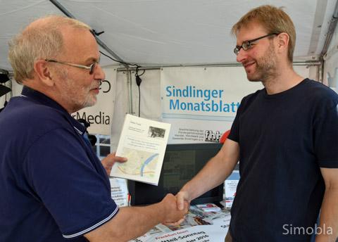 Detailliert führt Dieter Frank (links) in seinem Buch den Wandel im Sindlinger Handel auf. Pflichtlektüre für Gewerbetreibende, findet FHHG-Vorsitzender Sven Callender.