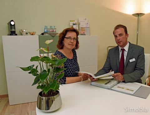 Kirsten Droste-Heuse und Martin Eisenbeis im Sindlinger Büro des Bestattungsunternehmens. Die Räume wurden gerade renoviert. Foto: Michael Sittig