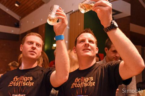 """Goldisch Stöffche: Die """"Bembelbube"""" Ralf Riemenschneider (links) und Simon Stappert beim Probieren. Zusammen mit """"Chef"""" Patrick Stappert gewährten sie dem Publikum einen Blick in ihre """"Goldgrube"""", den Gärkeller."""