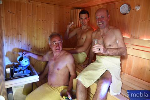 """Die """"Ebbelwörmscher"""" Michael und Johannes Sittig sowie Peter Busch gönnten sich """"Ebbel-Wellness"""" mit einem """"Ebbelwoi-Aufguss"""" in der Sauna."""
