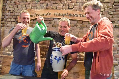 """Die Gärfreunde Gernot Kölbl, Gerald Carda und Martin Bertelmann überlegte, ob sie überhaupt mitmachen sollten. """"Die trinke uns alles weg"""", """"Des wär es Schand"""", waren sie sich einig, bis einer die rettende Idee hatte: """"Wir verlängern ihn"""" – aus der Gießkanne."""