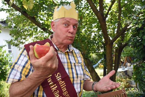 """""""Liebes Volk, alles ist vergänglich"""", seufzte Hasso Hör, Apfelweinkönig von 2015, und schwärmte vom """"Kulturgut"""" des Kelterns."""