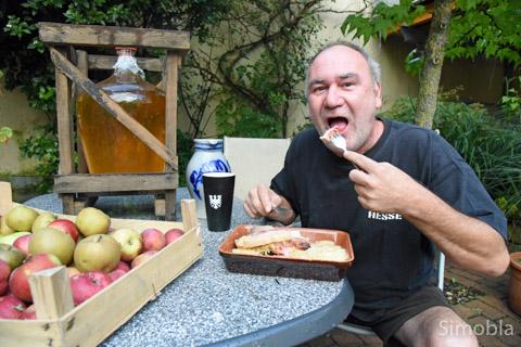 """Hesse aus Überzeugung, mit allem, was dazugehört: Matthias Schmidt, der mit Partner Ralf Teichmann als Keltergemeinschaft """"Im See 19"""" antrat und weiß, woher die Knie- und Rückenschmerzen stammen: """"The apple bites back"""", Der Apfel beißt zurück."""