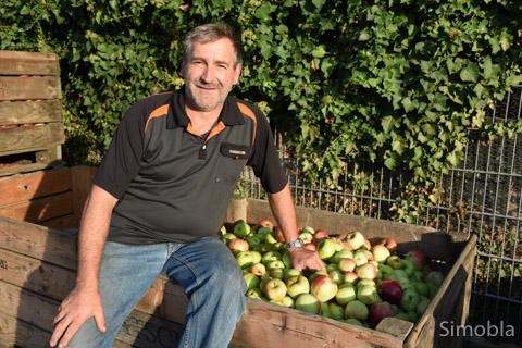 """Äpfel, Trester, Saft: Markus Werner zeigte, wie das Obst erst gewaschen, dann geschnitzelt und gepresst wird. Das alles geschieht auf seinem Obsthof, und nach der angemessenen Wartezeit heißt es dann: """"Schenk en ei, de gude Ebbelwoi""""."""