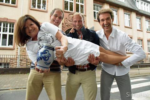 """Der ewige Letzte Harald Fischer (hinten links) erhielt diesmal Unterstützung von Alexander Furtwängler (Mitte) und Markus Schmitt sowie der Klassenlehrerin des Trios an der Meister-Schule, Dagmar Eichfelder. Als """"Meisteräppler 4b"""" riefen sie: """"Hopp, hopp, hopp, Meister-Äppler in de Kopp!"""""""