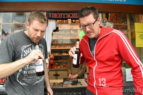 """Stefan Daube und Jörg Peters, früher Könige, letztes Jahr Letzte, beklagten ihren sozialen Abstieg, der bei Bier vom Budchen endete. Doch Bier ist teuer, deshalb kelterten sie wieder selbst und nahmen sich vor: """"Mir wolle net mer Letzter wern, Harry, nimm die Sch...-Latern!"""""""