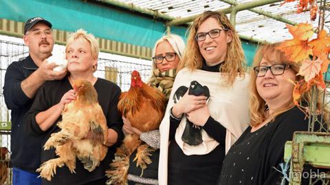 Prämierte Hühner und Tauben zeigen (von links) Werner, Cornelia und Marina Schmid, Daniela Kaulbert und Vorsitzende Samira Latovic. Fotos: Michael Sittig