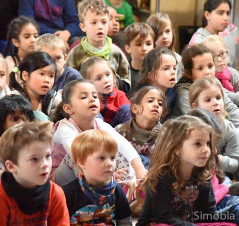 """Gespannt verfolgten die Kinder das Geschehen auf der Bühne. Das Theater gab's als Lohn fürs Mitmachen beim """"Lesezauber"""" in der Stadtbücherei. Fotos: Michael Sittig"""