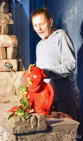 Monstermäßig: Puppenspielerin Christiane Klatt mit einer ihrer Figuren