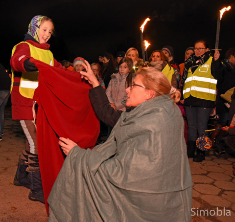 Ein halber Mantel für den armen Mann: Die berühmte Szene stellten Kirsten Schiffer und Kinder am Mainufer nach.