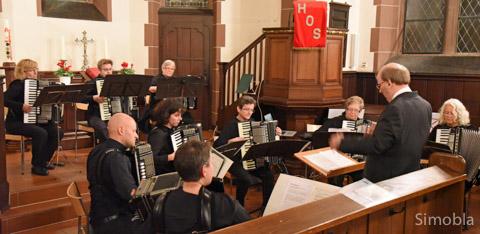 Von Volkstanz bis Vivaldi reichte die Spannweite beim Konzert des Harmonika-Orchesters. Fotos: Michael Sittig