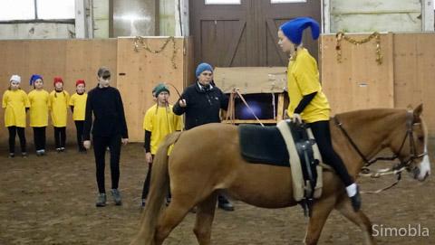 """Als Zwerge turnten die Voltigierkinder auf """"Daisy"""". Foto: Reiterverein"""