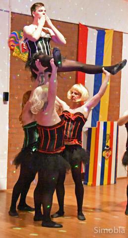 "Blondinen bevorzugt im ""Moulin Rouge"" des Männerballets."