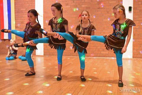"""Als Indianerinnen tanzen die """"Purzel"""" dieses Jahr durch die Fastnacht."""