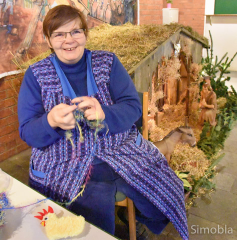 Marianne Michael vor der Weihnachtskrippe im Gemeindehaus.