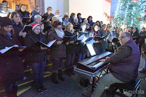 Mit ihrem Chorleiter Michael Kuhn sangen die Germania-Frauen beim Weihnachtsmarkt. Fotos: Michael Sittig
