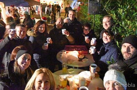Mit einem Glühwein zusammen stehen und den Tag genießen: Das konnten die Besucher beim Sindlinger Weihnachtsmarkt. Fotos: Michael SittigMit einem Glühwein zusammen stehen und den Tag genießen: Das konnten die Besucher beim Sindlinger Weihnachtsmarkt. Fotos: Michael Sittig