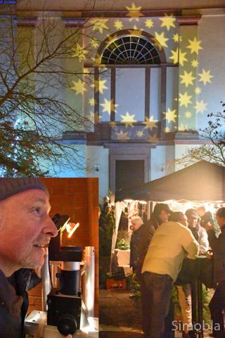 Für das schöne Lichtspiel an der Kirchenwand zeichnet Hans Oczko verantwortlich.