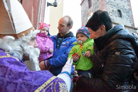 Als Nikolaus bescherte Harald Fischer die Kinder, so lange die Päckchen reichten.