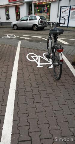 Abenteuerlich: Quer über den Gehweg führt die Radwegemarkierung.