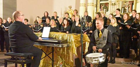 In Schwarz und Gold gaben 60 Sängerinnen des Frauenchors Germania ein Adventskonzert in der katholischen Kirche St. Dionysius. Chorleiter Michael H. Kuhn und sein Sohn Maximilian begleiteten sie dabei. Foto: Michael Sittig