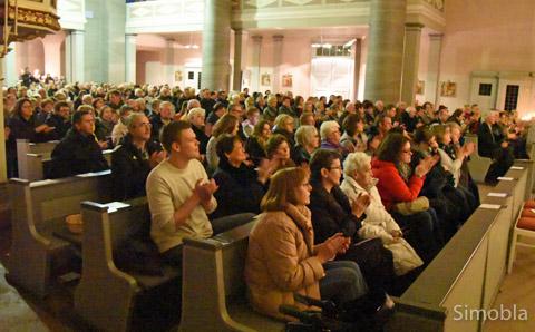 Fast 400 Zuhörer füllten die Bänke in der Kirche und dankten den Sängerinnen mit herzlichem Applaus für ein stimmiges Konzert.