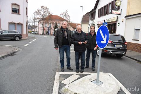 Stein des Anstoßes: (von links) Albrecht Fribolin, Dieter Frank und Ralf Lemster an der Radquerung in der Farbenstraße. Foto: Sittig