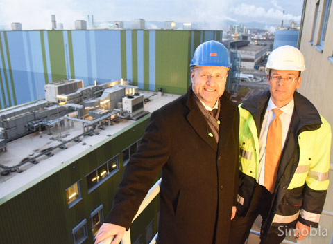 Oben auf der Treppe der EBS-Anlage: Die Geschäftsführer Jürgen Vormann (links) und Joachim Kreysing sind zufrieden mit der Entwicklung des Industrieparks Höchst. Foto: Michael Sittig