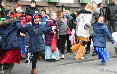 Auch wenn der Kinderzug nur kurz war: Die Zuschauer haben sich daran erfreut und auch das eine oder andre Tänzchen nicht gescheut.