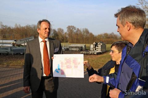 Vor der Wiese, auf der das erste Klärbecken überhaupt lag, stellten (von links) Werner Kristeller, Susanne Schmid und Berthold Christmann-Neles die Päne für die Faulungsanlage vor, die ebendort entstehen soll.