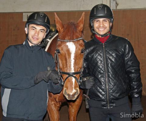 Ahmad Zia Haidari (links) undFeredoun Omarkhell mit Schulpferd Chris. Foto Reiterverein