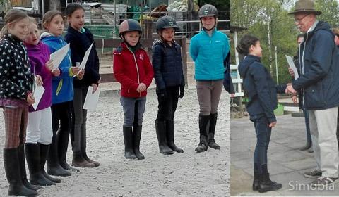 Über den Basispass Pferdekunde freuten sich die Reitschüler.