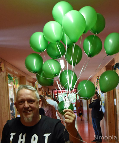 Mit grünen Luftballons warb Claus Hoß um Mitglieder für den neuen Förderverein der Ludwig-Weber-Schule.