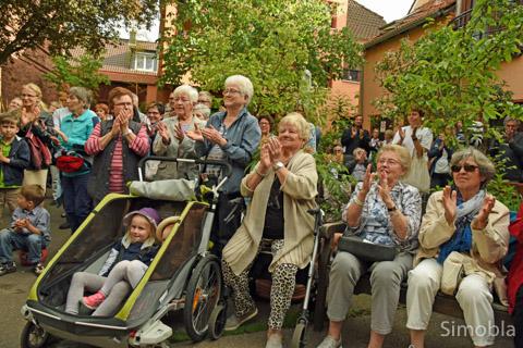 """Das war schön! Mit herzlichem Applaus dankten die Zuschauer im Hof der Familie Reisch """"Maseltov"""" und """"Rovin' Folk"""" für mitreißende Rhythmen. Fotos: Michael Sittig"""